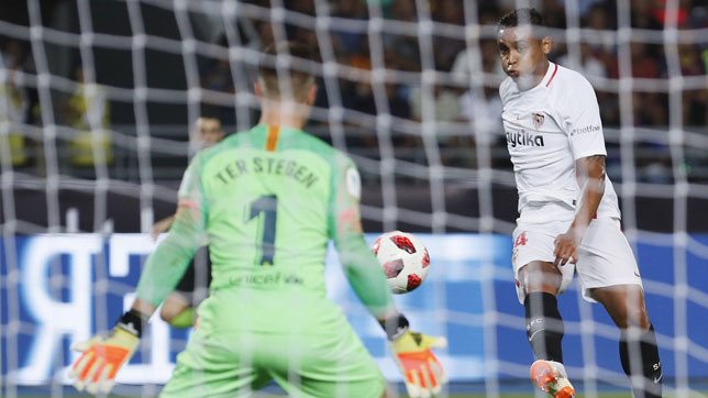 Muriel dispara sobre Ter Stegen en el Sevilla-Barcelona de la Supercopa (foto: José Manuel Vidal)