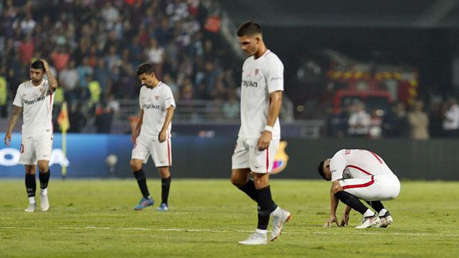 Jugadores del Sevilla a la conclusión de la Supercopa ante el Barcelona en Tánger (foto: EFE / José Manuel VIdal)
