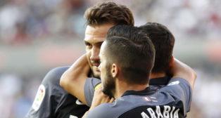 Franco Vázquez, felicitado por sus compañeros tras el gol al Rayo Vallecano (foto: J. P.Gandul)