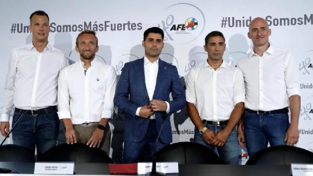 El presidente de la Asociación de Futbolistas de España (AFE), David Aganzo (c), con su equipo directivo (EFE)