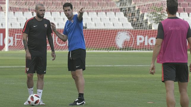 Aleix Vidal, en la sesión vespertina del Sevilla de este lunes, junto al prepaardor físico, Jordi Balcells (Foto: SFC)