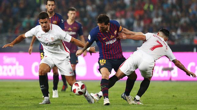 André Silva y Roque Mesa pugnan con Messi (Foto: Reuters).