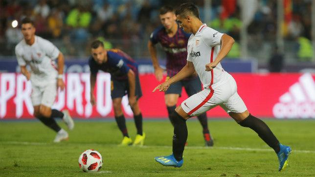 Ben Yedder se dispone a lanzar el penalti ante el Barça en la Supercopa de España