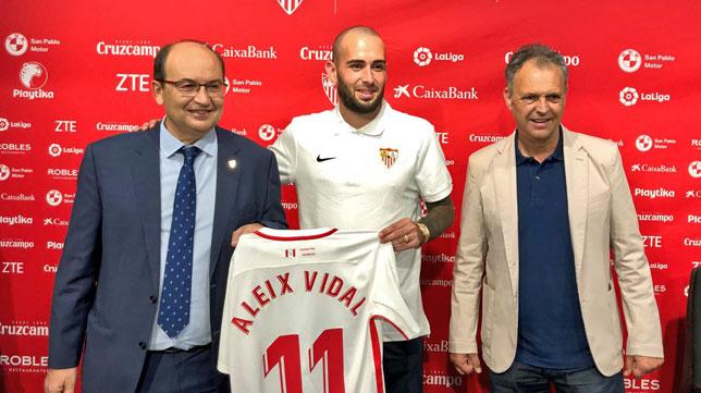 Aleix Vidal, junto a Castro y Caparrós en su presentación (foto: SFC)
