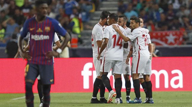 Los jugadores del Sevilla celebran el 1-0 de Sarabia ante el Barcelona en la Supercopa (Foto: Efe).