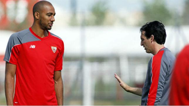 Steven Nzonzi recibe instrucciones de Unai Emery durante un entrenamiento con el Sevilla (MARCA)