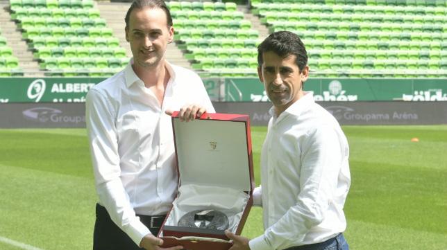 Intercambio de regalos entre el club local, el Ferencvaros, que recibió amablemente a los de Pablo Machín, y los nervionenses, representados por Paco Gallardo