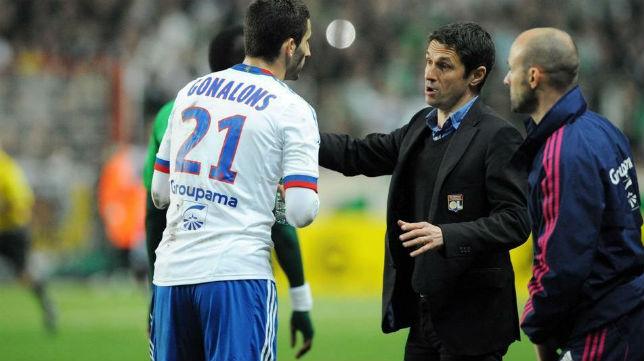 Remi Garde le da instrucciones a Gonalons con el Olympique de Lyon