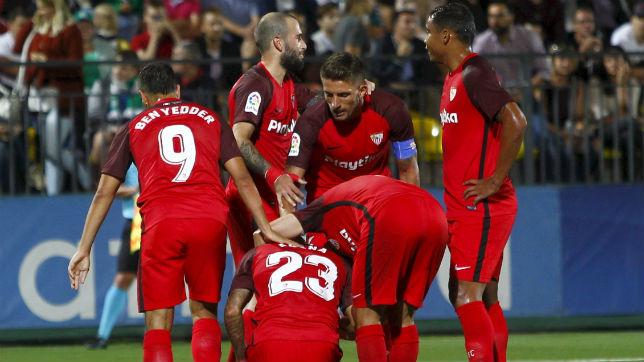 Los jugadores del Sevilla celebran con Arana el tanto del brasileño al Zalgiris en la vuelta de la Q3 de la UEFA Europa League (EFE)