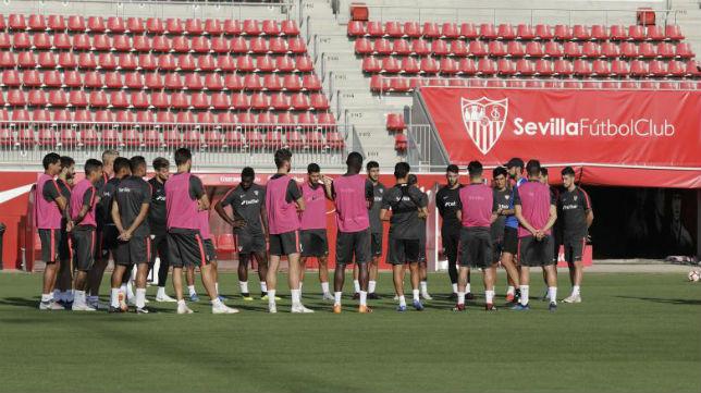 Machín se dirige a sus jugadores en un entrenamiento (Raúl Doblado)