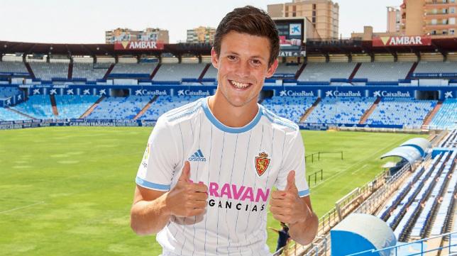 Marc Gual posa con la camiseta del Zaragoza en La Romareda