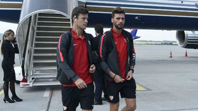 Marc Gual, junto a Sergi Gómez, en la llegada del equipo a Budapest