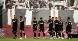 Los jugadores del Sevilla celebran uno de los goles anotados en Vallecas (Foto: EFE)