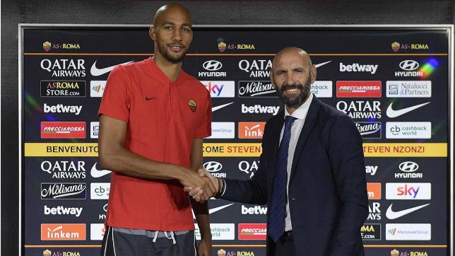 Steven Nzonzi, junto con Monchi, al ser anunciado el francés de forma oficial como jugador de la Roma (ASR)