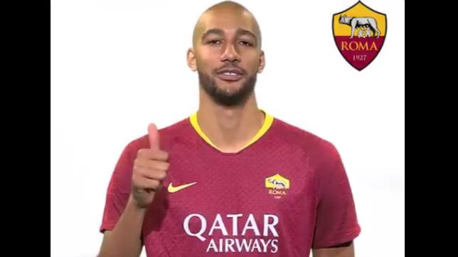 Nzonzi posa con la camiseta de la Roma para un vídeo del club (ASR)