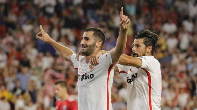 Gonalons celebra su gol con Nolito en el Sevilla-Sigma Olomouc