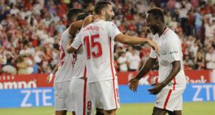 Los jugadores celebran el gol de Gonalons