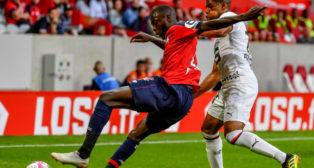 El delantero del Lille Pépé, aguanta el balón ante un rival