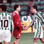 Prieto y Alexis se saludan tras el derbi jugado en el Benito Villamarín en diciembre de 1995 (Foto: ABC)