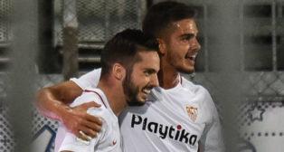 Sarabia y André Silva celebran el gol del Sevilla en Olomouc (Foto: EFE)