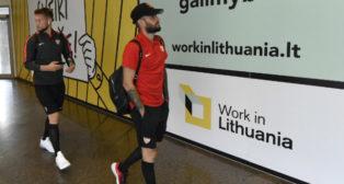 Vaclik y Aleix Vidal, en el aeropuerto de Vilna (Foto: Sevilla FC)