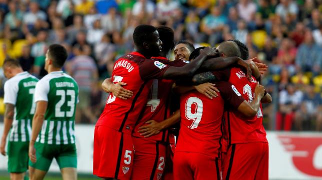 Los jugadores del Sevilla celebran uno de los goles ante el Zalgiris en la vuelta de la Q3 de la Europa League (SFC)