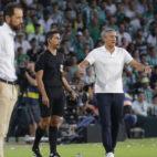 Quique Setién y Machín durante el Betis-Sevilla (foto: Raúl Doblado)