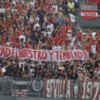Aficionados sevillistas durante el Betis-Sevilla (foto: Raúl Doblado)