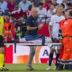 Amadou es retirado en camilla tras lesionarse ante el Standard. Foto: J. J. Úbeda