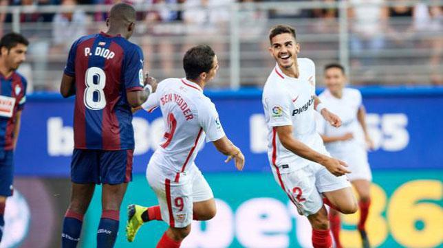 André Silva corre a celebrar el 0-1 junto a Ben Yedder (Foto: LaLiga).