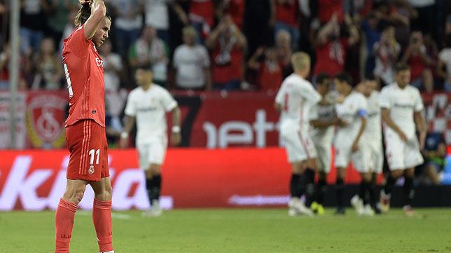 Bale se lamenta mientras los jugadores del Sevilla celebran un gol