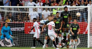 Banega lanza por encima de la barrera la falta que supuso el 1-0 a favor del Sevilla ante el Standard de Lieja (Foto: EFE).