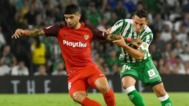 Guardado y Banega en el derbi Betis-Sevilla (foto: EFE)