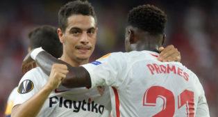 Ben Yedder celebra con Promes uno de sus goles ante el Standard de Lieja