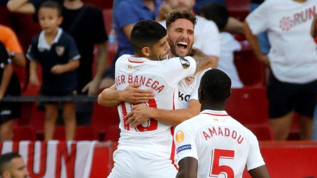 Banega es felicitado por Sergi Gómez ante Amadou tras anotar el 1-0 de falta directa ante el Standard de Lieja (Foto: EFE).