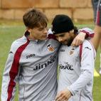 Éver Baneg y Sergio Canales en un entrenamiento con el Valencia (MARCA)