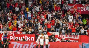 Los jugadores del Sevilla FC celebran uno de los goles ante el Real Madrid (Foto: EFE).