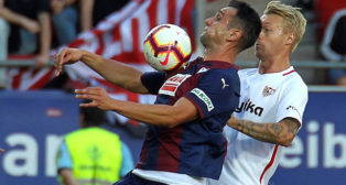 Kjaer pugna con Kike García durante el Eibar-Sevilla