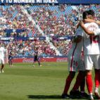 André Silva es felicitado por sus compañeros tras marcar en el campo del Levante (Foto: EFE)
