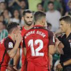 Roque Mesa protesta su expulsión en el Betis-Sevilla