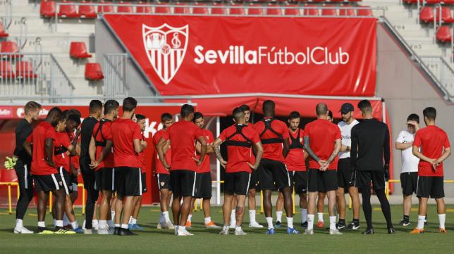 Los jugadores del Sevilla FC escuchan una charla de Pablo Machín