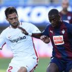 'Mudo' Vázquez trata de tapar un avance Diop durante el Eibar-Sevilla (Foto: Serrano Arce/ABC)