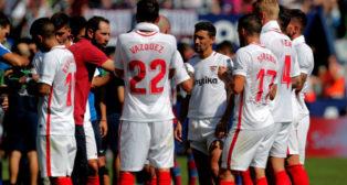Banega, Vázquez, Sarabia, Kjaer, Carriço, Navas y Machín, en el Levante-Sevilla (EFE)