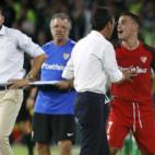 Roque Mesa protesta contra el ábitro tras ser expulsado en el Betis-Sevilla (EFE)