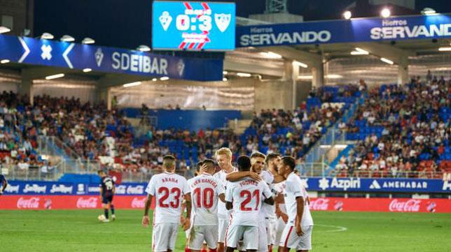 Los jugadores del Sevilla FC celebran el 0-3 en Ipurúa, obra de Banega (Foto: LaLiga).