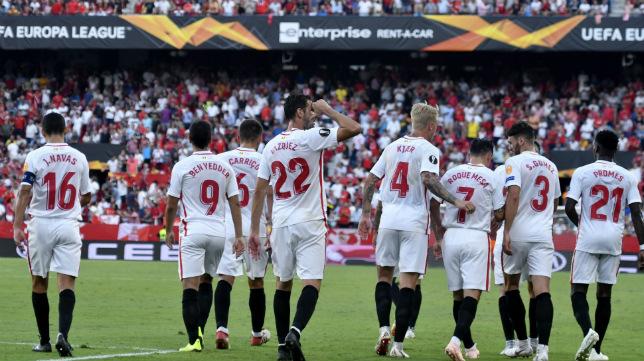 Los jugadores del Sevilla FC celebran uno de los goles ante el Standard Lieja