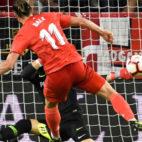 Vaclik detiene el lanzamiento de Bale durante el Sevilla-Real Madrid