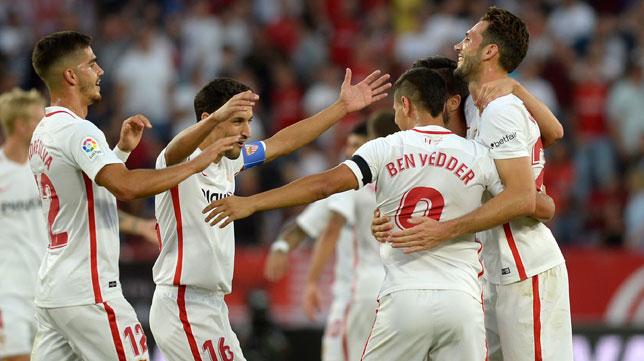 Los jugadores sevillistas se abrazan para celebrar uno de los goles en el partido ante el Celta (Foto: AFP).