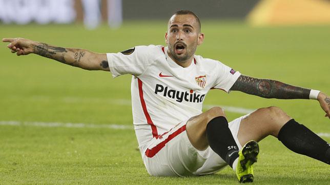 Aleix Vidal pide penalti durante el Sevilla-Akhisar (EFE)