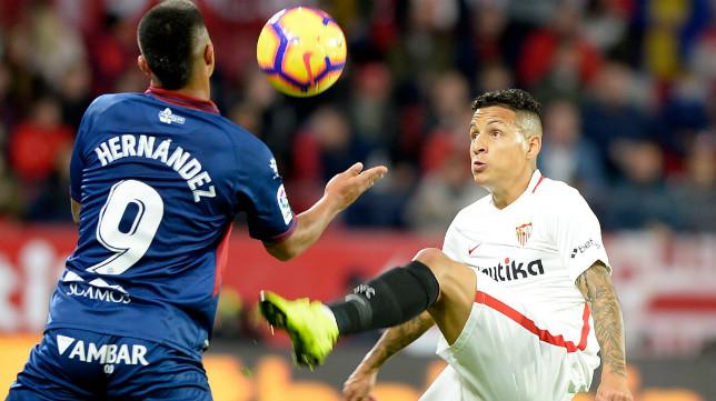 Arana controla un balón ante Cucho Hernández, del Huesca (AFP)